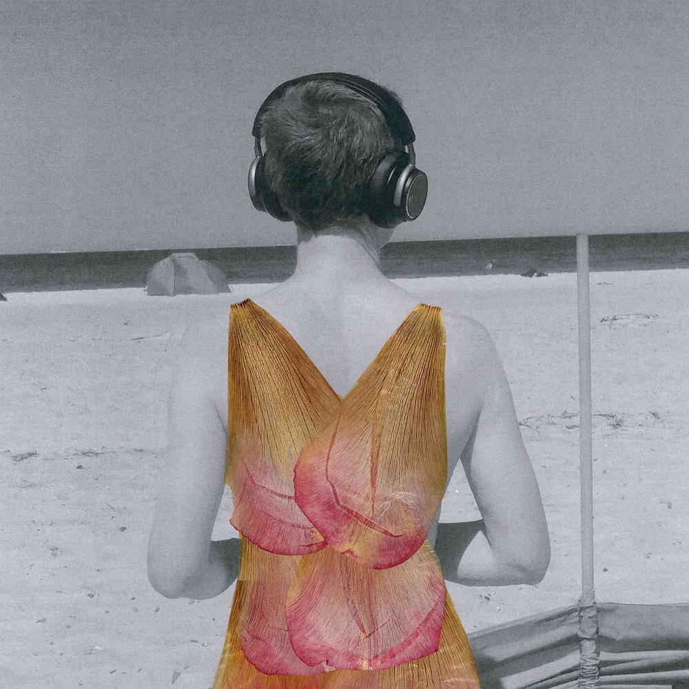 Blütenbild: eine Frau am Strand, Selbstportrait mit Kopfhörern