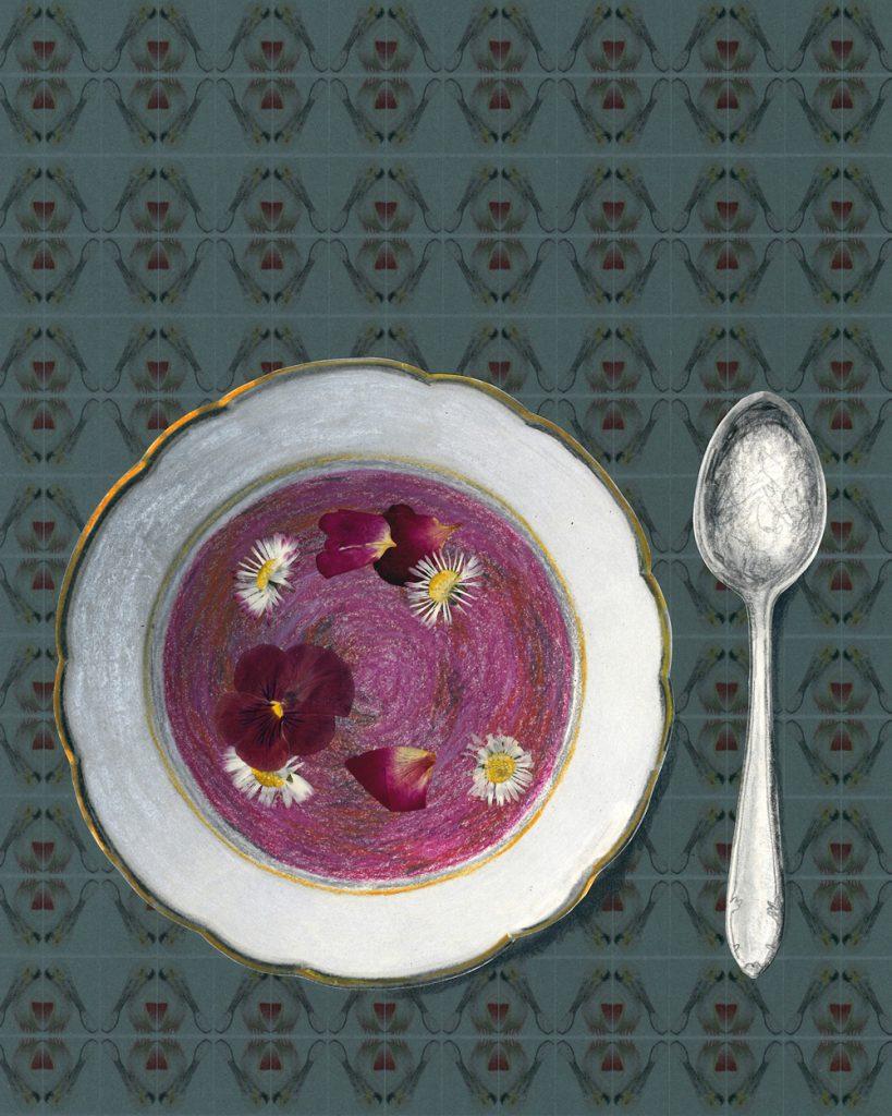 Ein Teller mit rosafarbener Suppe, Blüten shwimmen darin. Im Hintergrund ornamentale Fotokopien des Rosalöfflers