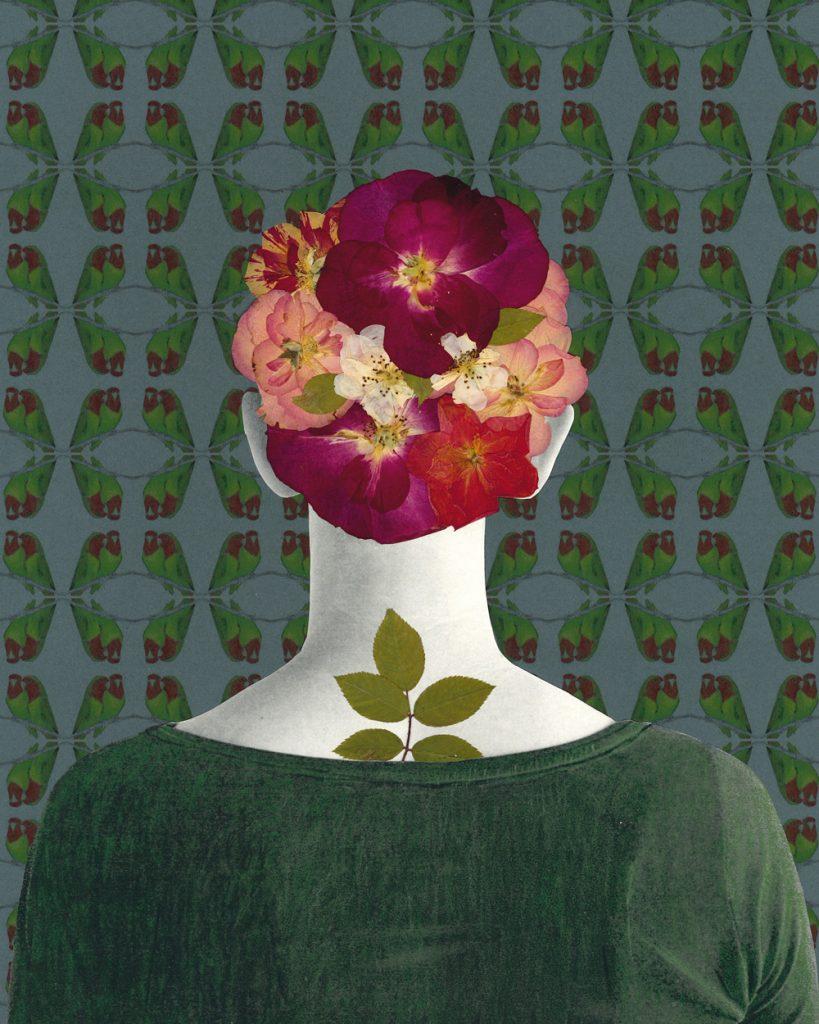 Der Oberkörper einer Frau von hinten. Ihre Haare und das Tattoo am Rücken aus Rosenblüten und -blättern.