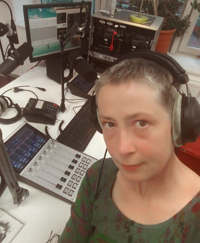 So sieht Studio Grün bei Coloradio aus. Ihr seht mich kurz vor der Sendung mit Kopfhörern.